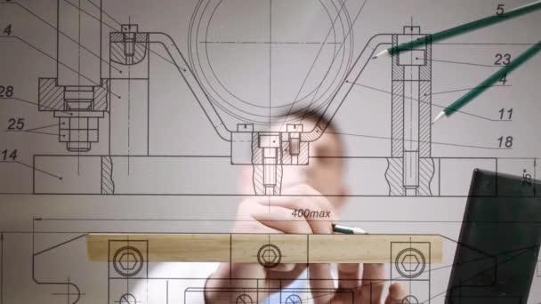 Rajzok vagy az asztalon, kezében ceruza rajz mérnök