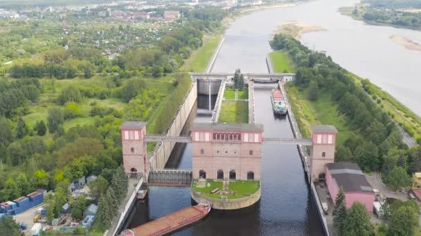Rybinsk, Rusko. Systém zamyká Rybinskou nádrž. 4K