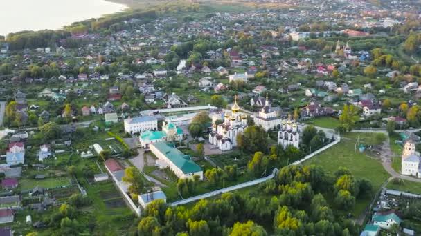 Pereslavl-Zalessky, Rusko. klášter sv. Mikuláše Pereslavského. Klášter. Ve světle zapadajícího slunce. 4K