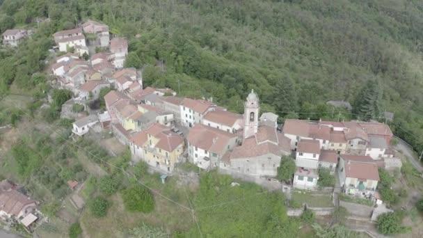 Carrodano Superiore, Olaszország. La Spezia tartomány. Hegyi erdős táj. Kilátás fentről. 4K