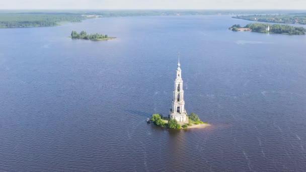 Kalyazin, Rusko. Kalyazinská zvonice. Zvonice katedrály sv. Mikuláše (známá jako zaplavená zvonice). 4K