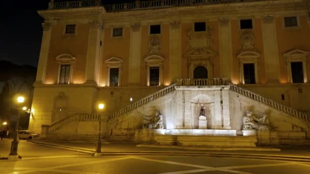 Piazza del Campidoglio. Fontána. V noci. Řím, Itálie
