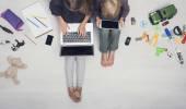 Děti pomocí iPadu a laptop