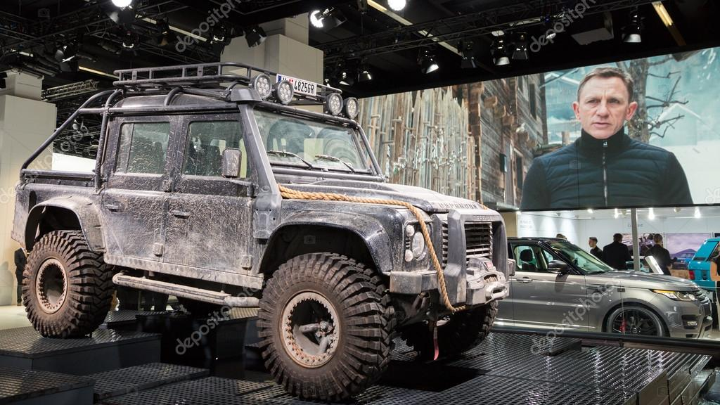 Land rover defender form der spectre film redaktionelles for Garage land rover nancy