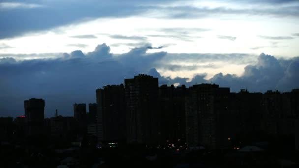 Naplemente gyönyörű felhők a város felett timelapse 4k