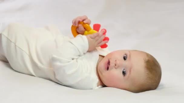 Dítě si hraje na chrastítko. selektivní zaměření