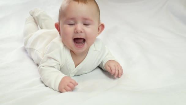 dítě se překulí na břicho. selektivní zaměření
