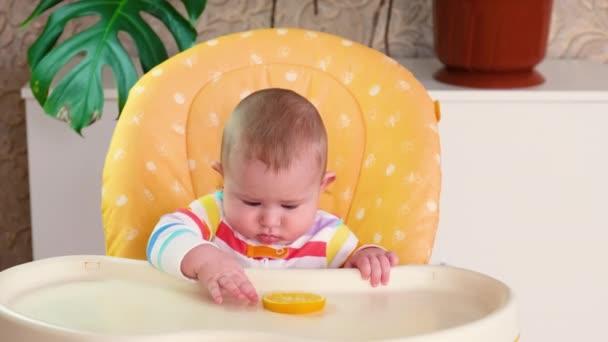 Dítě jí citrón. selektivní zaměření.