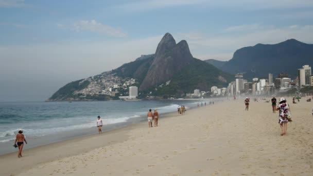Lidé na pláži v Rio de Janeiru