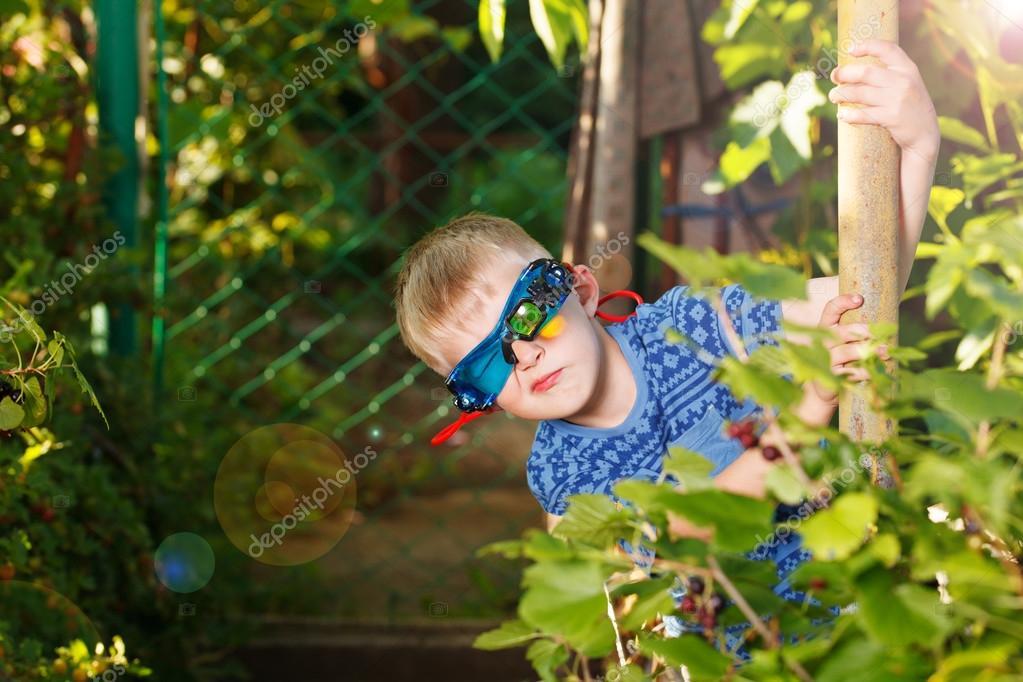 5a033b6fa977e Kid en verres et chemise ressemble à spy– images de stock libres de droits
