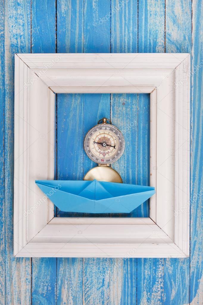 Rahmen mit Kompass und blauen Papierboot — Stockfoto © maksimka3738 ...