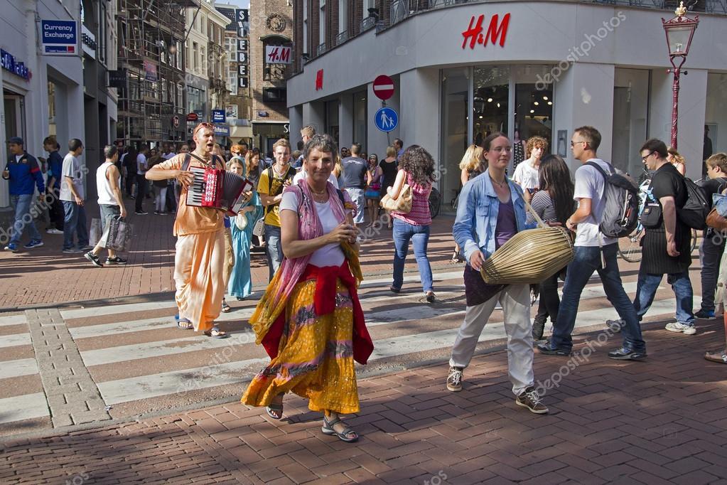 amsterdam holanda de agosto de hare krishna gente caminando en la una de las principales calles comerciales de amsterdam en de