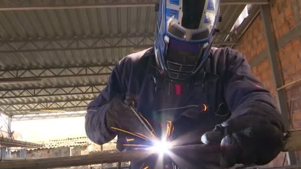 Svářeč se provádí svařování kovu