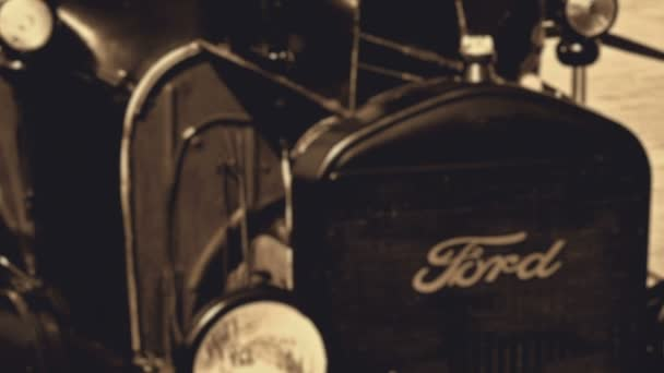 Ford Model T od roku 1921 zaparkované na ulici město