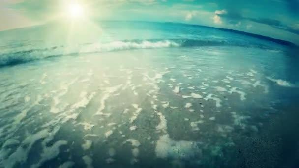 Slunečné pobřeží a vlny