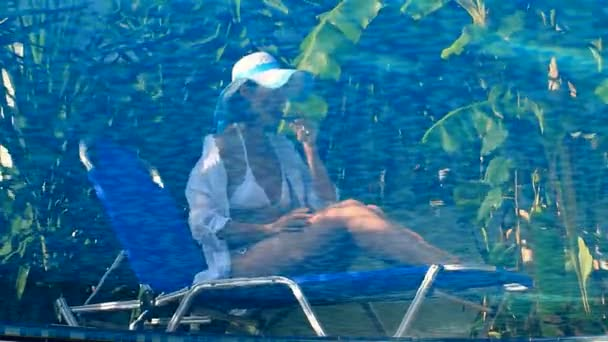 Elmélkedés a nők a medencében