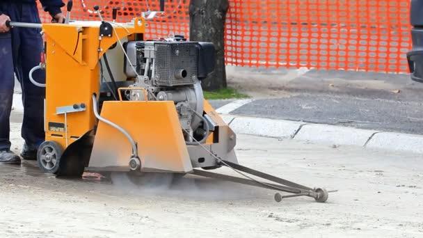 Stroj pro řezání asfaltu