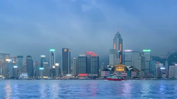 Hong Kong Victoria Harbour panoráma den na noční čas zanikla z Hongkongu City, Čína (pan zastřelil)