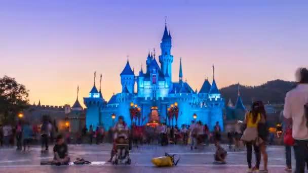 Hong Kong - 24. listopadu: Zámek Disneylandu prodleva čas a mnoho lidí čekat na noční průvod Show Hong Kong Disneyland, Hong Kong 2014