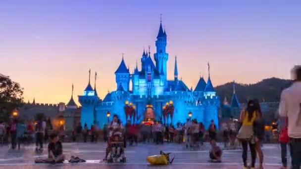 Hong Kong - 24. listopadu: Čas zanikla Disneyland hrad a mnoho lidí čekat na noční průvod Show z Hong Kong Disneyland, Hong Kong 2014 (oddálení)