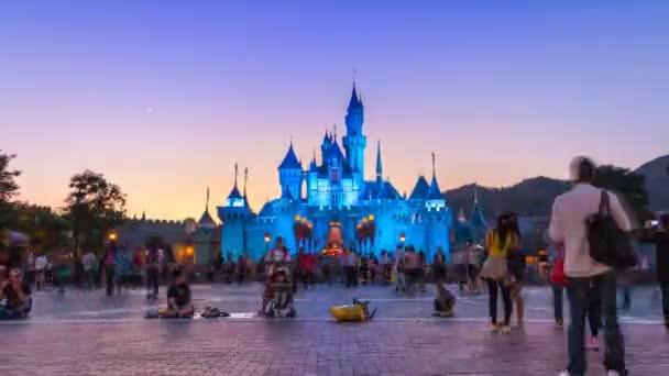 Hong Kong - 24. listopadu: Čas zanikla Disneyland hrad a mnoho lidí čekat na noční průvod Show z Hong Kong Disneyland, Hong Kong 2014 (zoom v)