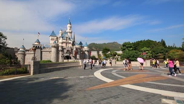 Hong Kong - 24. listopadu: Mnoho cestovatel do Disneylandu Castle Hong Kong Disneyland, Hong Kong 2014