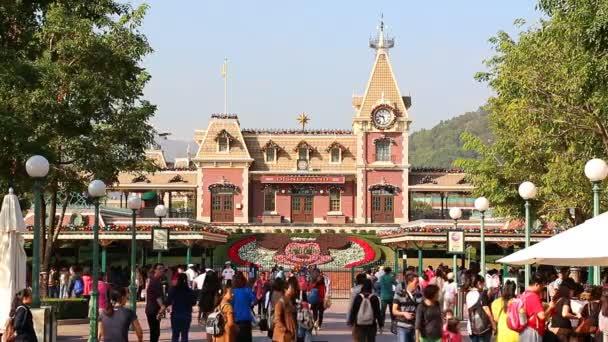 Hong Kong - 24. listopadu: Vstup přední strana z Disneylandu mnoho cestovatel čekání line up a Walking do slavné Fun Park Hong Kong Disneyland, Hong Kong 2014