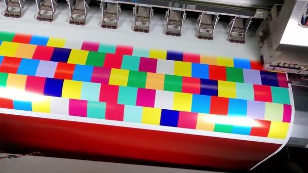 Velkoformátová ekosolventní tiskárna v práci. Pomalý motin barevných kostek