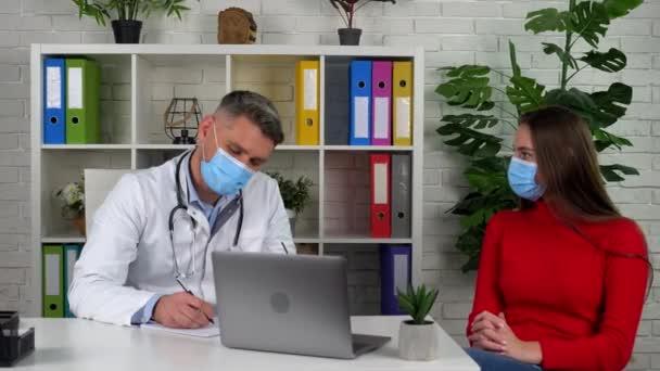 Az orvos és a beteg védőmaszkot visel a kórház arcán.