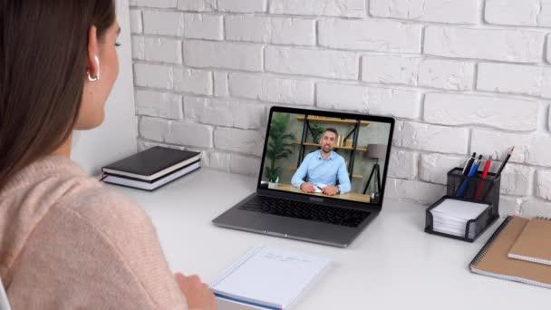 Emotionale Frauen lernen zu Hause online per Videokonferenz am Laptop