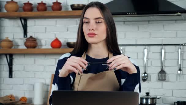 Nachdenkliche Hausfrau im Kittelschürzen denkt an Lösungsproblem in der heimischen Küche
