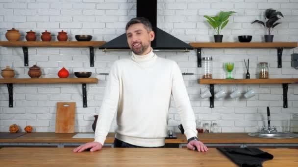 Portrét usmívající se šedovlasý náčelník muž v bílém svetru říká vzhled kamery