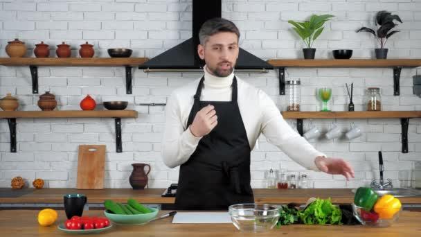 pozorný kuchař učitel poslouchat online otázku video kulinářské webinář v kuchyni