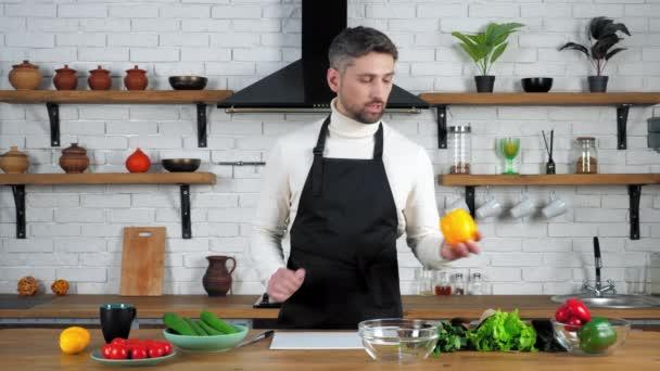 Šéfkuchař učitel v zástěře záznamy online vzdálené video kulinářské webinář v kuchyni