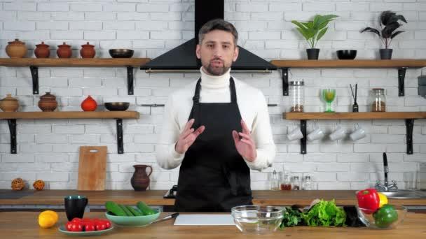 Šéfkuchař jídlo blogger v zástěře záznamy online video kulinářské webinář v domácí kuchyni