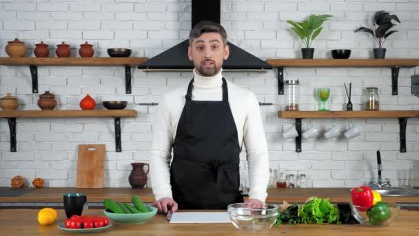 Muž kuchař v zástěře naslouchá učí hospodyňky ukazuje ingredience pro vaření salát