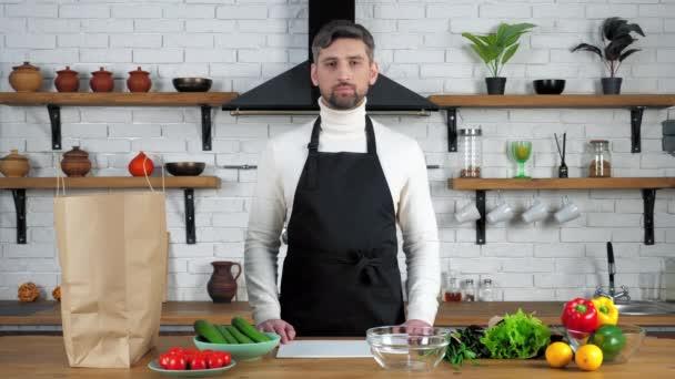 Szakács férfi kötény látszó kamera figyelj a diákok online video hívás a konyhában