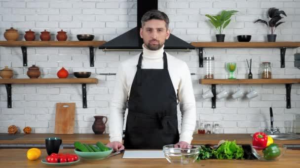 Muž kuchař poslouchat on-line student otázka záznam video kulinářské webinář v kuchyni