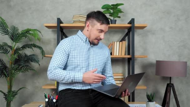 Usmívající se podnikatel říká online webkamera video hovor notebook chat, dálkové setkání
