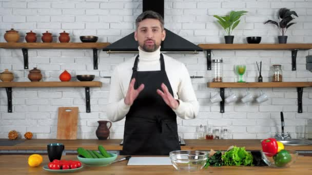 Férfi szakács kötény tanít háziasszony online videó kulináris webinárium a konyhában