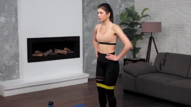 Fit žena ve sportovním oblečení dělá sportovní trénink cvičení na fitness jóga podložka doma