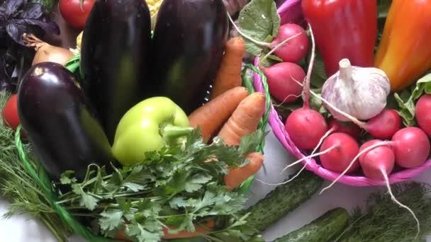 Friss zöldség- és főzelékfélék, a konyhaasztalon