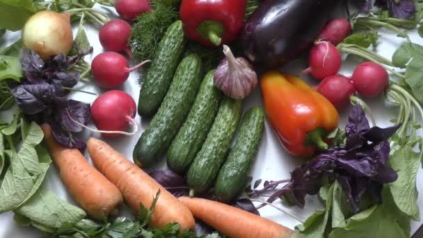 Čerstvá zelenina a zelené na kuchyňském stole