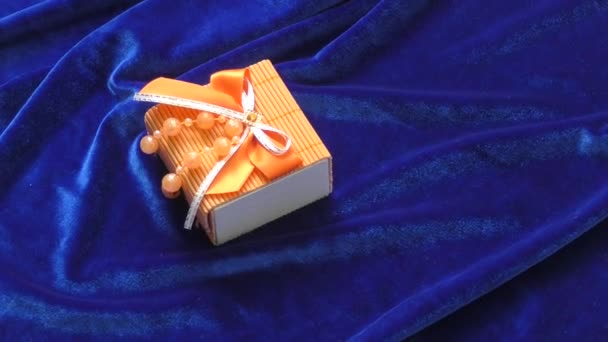 ajándék dobozban