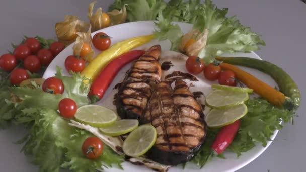 Grillezett pisztráng steak friss zöldségekkel