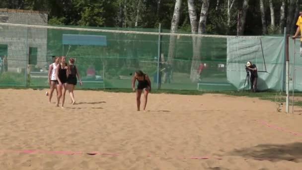 dívka hraje plážový volejbal