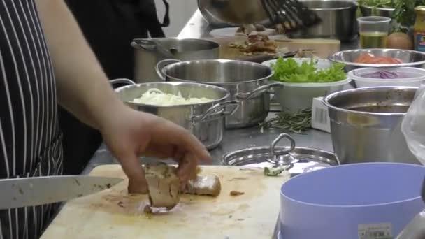 Kuchař připravuje maso