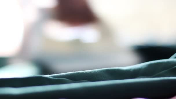 Closeup ženské ruce žehlení bílé tričko s elektrickým železa