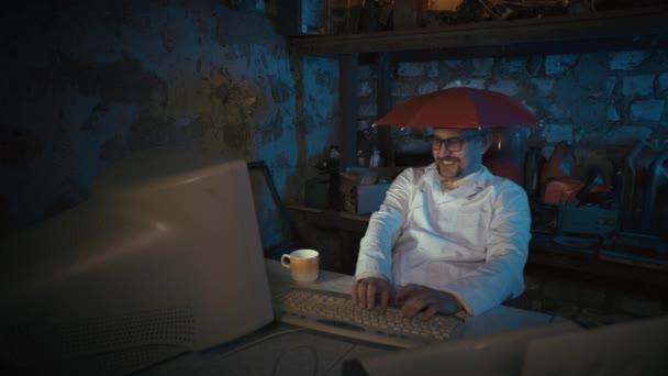 Videokonference ve skupinovém virtuálním chatu. Počítačový šprt s deštníkem na hlavě ve staré garáži. Vtipný programátor s knírkem a hloupými brýlemi. Učení na dálku, uzamčení. Domovská kancelář