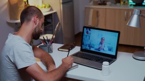 Arzt erklärt auf Videoanruf und Patientenschreiben